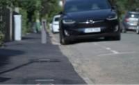 """英国一家公司发明""""隐形""""路边充电桩"""
